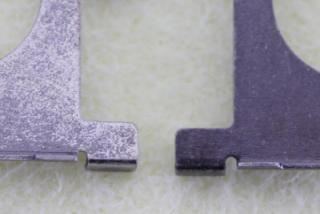 <黒ニッケルメッキの摩耗テスト> 左:従来品 右:改良品 同じ時間バレル研磨後、左はほとんど黒 ニッケルメッキが残っていません